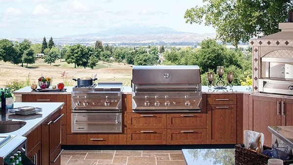 Twin Eagles outdoor kitchen with Dine and Breakfast Club